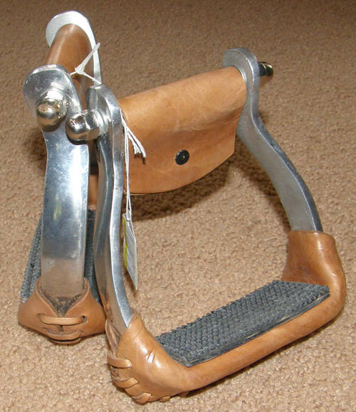 Aluminum Western Stirrups with Rubber Tread Aluminum Stirrups with Traction Pads